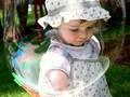 la petite fille dans la bulle