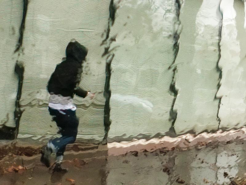 fille dans la pluie