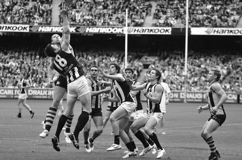 """Hawks swoop on Magpies in a Thriller at the MCG : Malthouse Sacked"""